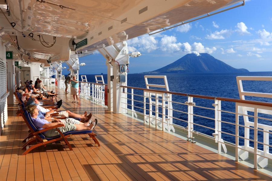 Sonnendeck-eines-Kreuzfahrtschiffes-mit-Blick-zum-Vulkan-Stromboli